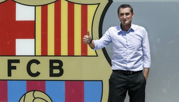 Ernesto Valverde posa hoy en una sesión fotográfica junto al escudo azulgrana