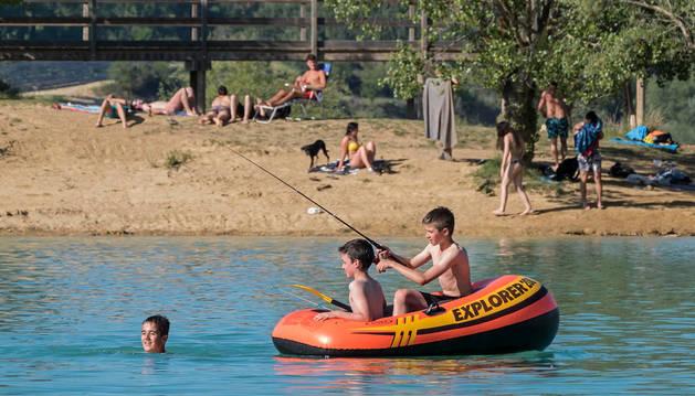 Foto de aún sin comenzar la campaña,  el calor de mayo ha dejado ya estas imágenes en  Alloz. Bañistas y personas al sol el pasado día 25.