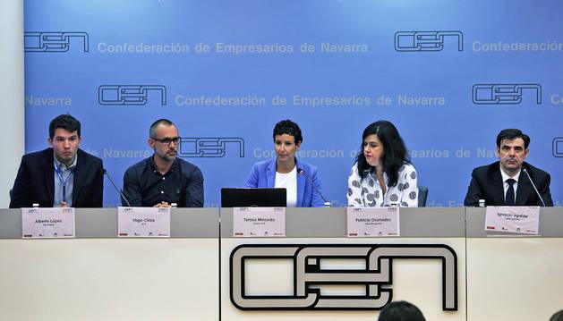 De izquierda a derecha, Alberto López (Decathlon); Íñigo Ciriza (SCA, Papelera de Allo); Teresa Minondo (Grupo ACR); Patricia Granados (Arpa abogados consultores) e Ignacio Ugalde (Fagor Ederlan Sociedad Cooperativa), ayer en la Cen.