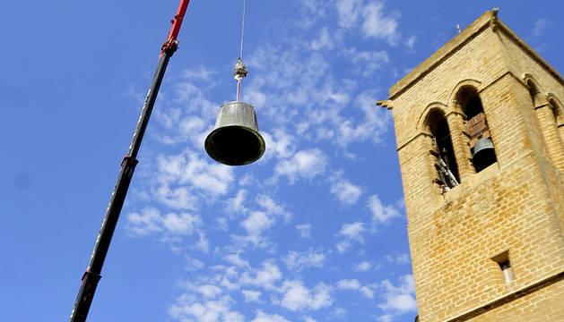 Momento en que la grúa baja la campana del campanario de la iglesia del Cerco de Artajona. Se hará un molde para fundir una nueva.