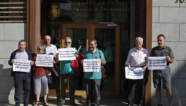 Miembros de la Plataforma de Defensa del Patrimonio Navarro protestan ayer en el juzgado de Aoiz.