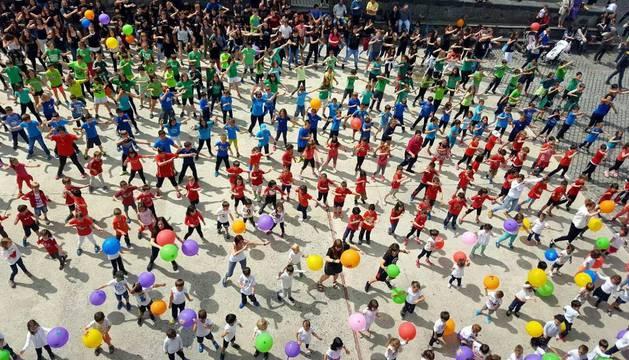 Alumnos del instituto Amazabal y del colegio público Erleta bailaron en la plaza la coreografía de la canción en favor de los peatones.