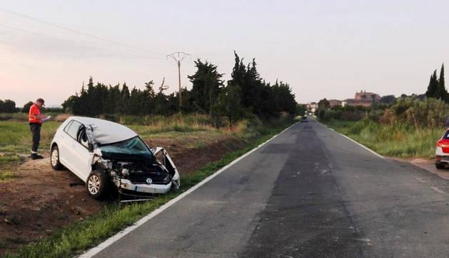 Imagen de varios agentes de Policía Foral trabajando en el lugar en el que se ha producido el accidente.