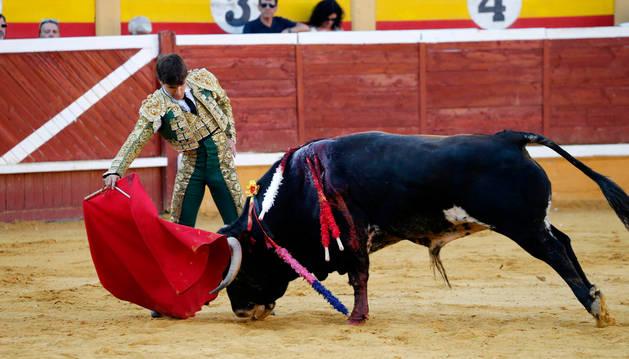 Foto de Javier Marín da un derechazo en la novillada del año 2015 en la plaza de toros de Tudela.