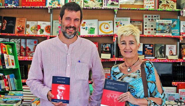 Foto Juan López Tabar y María Luisa Garde (Urgoiti Editores) ayer en la Feria del Libro de Pamplona.