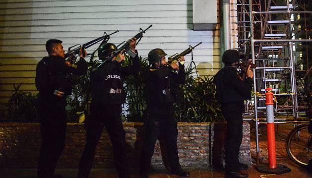 Foto de varios agentes del grupo SWAT de la policía filipina toman posiciones en los alrededores del hotel Resort World Manil.
