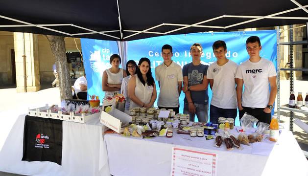 Algunos de los alumnos que han creado la empresa el día que pusieron el stand en la plaza.