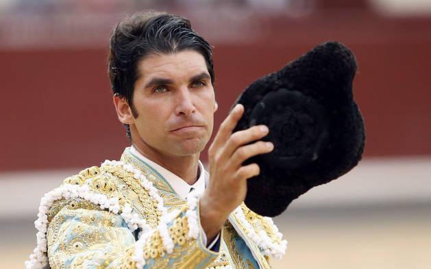Cayetano, saludando ayer al tendido en Madrid.