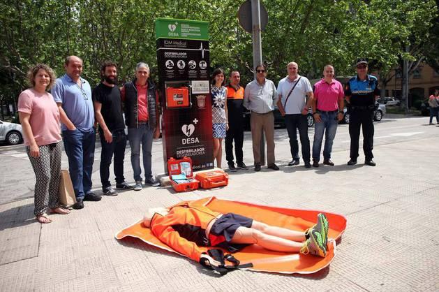 EN LA PLAZA PADRE LASA De izquierda a derecha: Gloria González (concejala de UPN); José Ignacio Martínez (concejal no adscrito);  Iñaki Magallón (concejal de Deportes); Juanjo Blasco y Ana Campillo (médicos promotores de la iniciativa 'Tudela, Ciudad Cardioprotegida'); Javier Grávalos (Protección Civil); Luis Segura (médico deportivo del Ayuntamiento de Tudela); José Luis Sangüesa (técnico del área de Deportes); Félix Zapatero (UPN); y José Luis Santos (Policía Municipal), junto al monolito donde se ha instalado el desfibrilador municipal ubicado en la plaza Padre Lasa, frente a la iglesia Nuestra Señora de Lourdes.