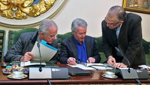 Juan José Echeverría, Fernando Villanueva y Enrique Maya, en el salón de plenos del Ayuntamiento.