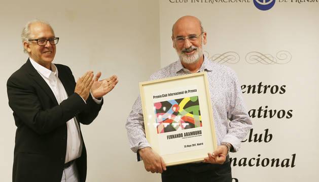 Fernando Aramburu recibe el Premio Internacional de Periodismo