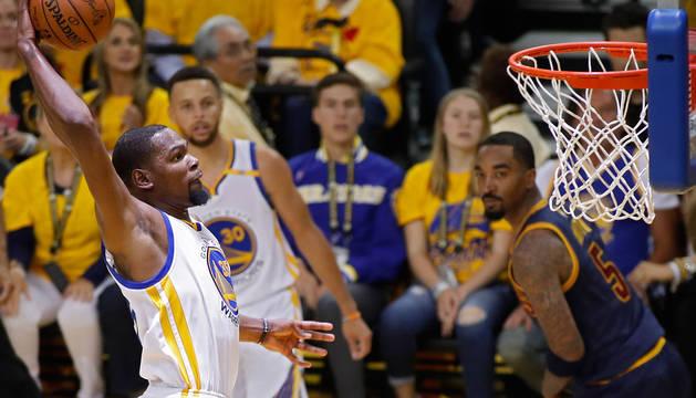 Foto de Durant, que entra a canasta ante la mirada de un jugador de Cleveland.