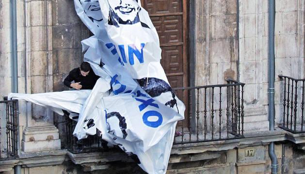 Imagen de los agentes retirando la pancarta a favor de ETA del Palacio de Rozalejo.