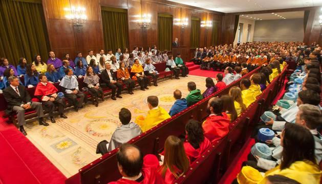 Imagen de los nuevos doctores de la Universidad de Navarra y los asistentes a la investidura en el Aula Magna de la institución académica.