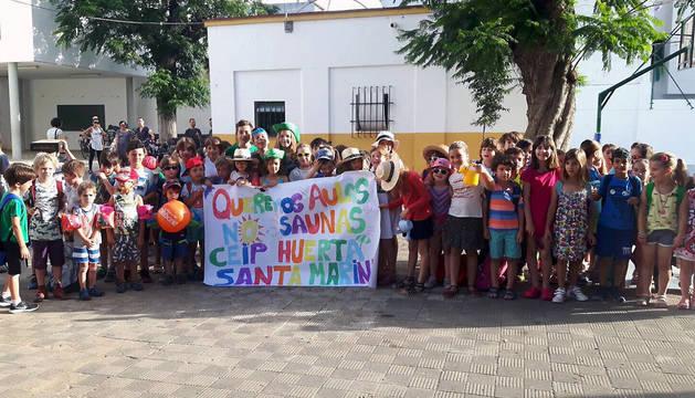Un grupo de escolares que ha secundado la idea del colectivo sevillano 'Escuelas de calor'.