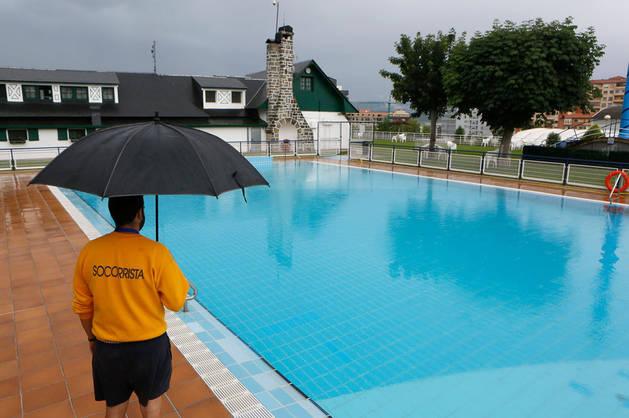 Las piscinas de Pamplona esperan que el mal tiempo de los últimos días mejore, como esta del Club de Tenis.