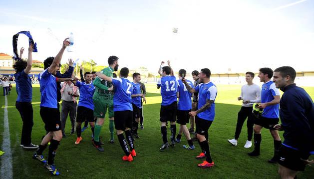 Los jugadores de la Peña Sport celebran el título de Liga de Tercera División y su clasificación para el playoff.