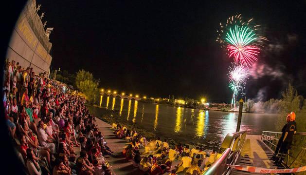 Imagen de numeroso público presenciando desde el embarcadero del Ebro una de las colecciones del año pasado.