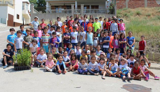 Imagen de alumnos del colegio público Virgen de Nieva después de la plantación de arbustos en la calle del Sol.