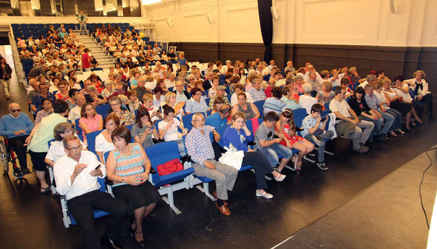 Los asistentes al festival benéfico a favor del comedor solidario Villa Javier que tuvo lugar este sábado en el salón del actos del colegio San Francisco Javier (Jesuitas) de Tudela.