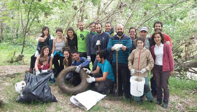Imagen de uno de los grupos de voluntarios con parte de la suciedad que retiraron este sábado del río.