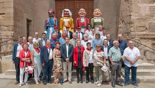Los gigantes de Cascante han posado junto a Uxue Barkos, autoridades y representantes de casas regionales.