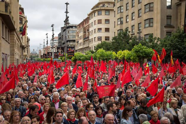 Asistentes a la manifestación del sábado, en el final del recorrido, en la Avenida de Carlos III de Pamplona, junto al Palacio de Navarra.