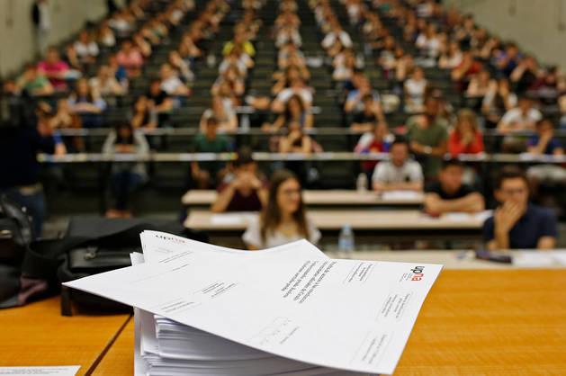 Imagen de un grupo de alumnos afrontando al primer día de exámenes de la última Selectividad.