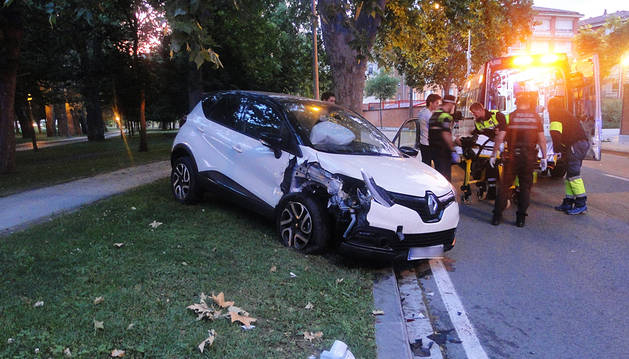 Choca ebrio contra coches y un árbol en la Vuelta del Castillo
