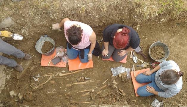 Técnicas de Aranzadi, durante las excavaciones.