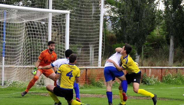 Dos jugadores del Falcesino intentan entrar al remate pero son placados por dos rivales.