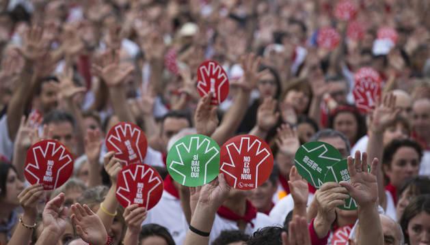 Foto de una concentración de repulsa por una agresión en los pasados Sanfermines.