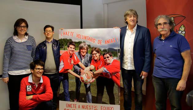 Foto de Ana, Óscar y Pablo, beneficiarios de Anfas, junto a Enrique Martín Monreal y Javier Goldáraz Prados.