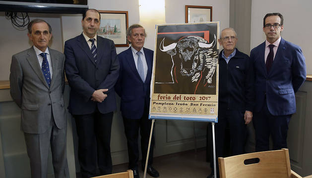 El presidente de la comisión taurina de la Casa de Misericordia, José María Marco (3i), acompañado por otros miembros de la Casa de Misericordia de Pamplona, durante la presentación del cartel de la Feria del Toro de 2017.