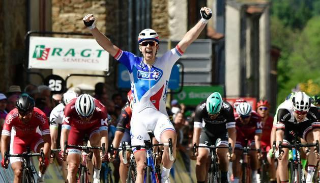 El francés Demare cruzando la meta de la segunda etapa