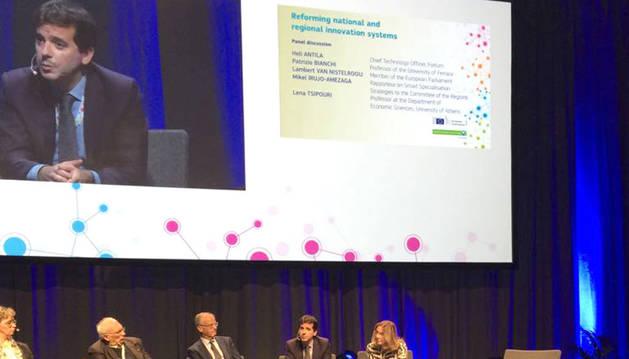 foto de Mikel Irujo, durante su intervención en la conferencia de Helsinki.
