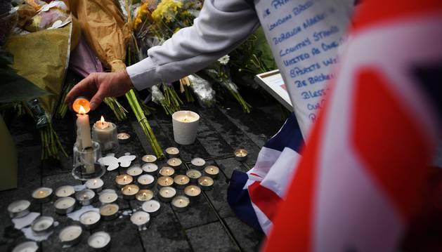 Vista de las flores y las velas durante en una manifestación en solidaridad con las víctimas del ataque.
