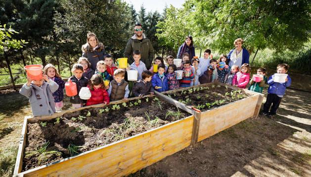 Foto de un grupo de escolares del colegio de Artajona con su huerto.