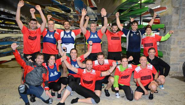 Foto del equipo de MTorres de piragüismo celebra el triunfo final de su empresa.