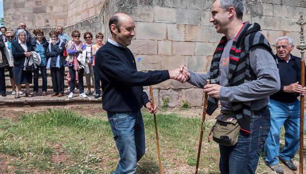 Foto de Joaquín Lana y Javier Chasco, en el intercambio de varas.
