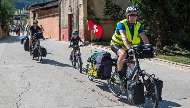 Foto de peregrinos circulando por la ruta jacobea en sentido Estella-Villatuerta.