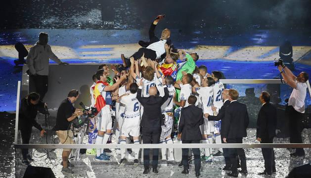 Zinedine Zidane, manteado por la plantilla, en la celebración del título en Madrid
