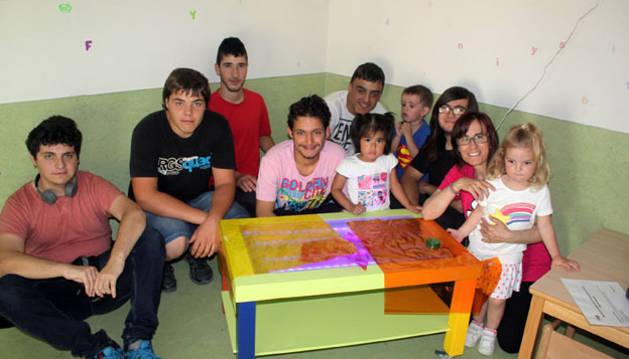 Alumnos de la ETI, con la mesa de luz de estimulación para niños.