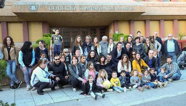 Padres, familiares y niños afectados posan en una foto para reclamar plaza en la Compañía de María el pasado mes de abril.