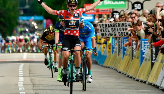 Koen Bouwman celebra su triunfo en Tullins.