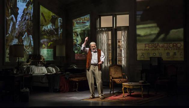 Foto de Stacy Keach, rodeado de carteles de San Fermín, como Hemingway en la obra Pamplona.
