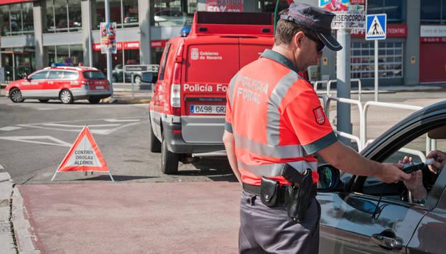 Foto de un agente de Policía Foral, durante un control de alcohol y drogas.