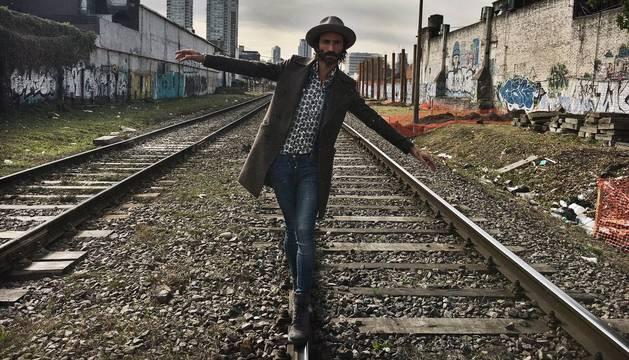 El artista en unas vías de la ciudad de Buenos Aires