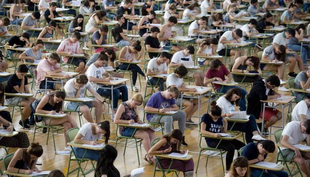 Estudiantes en el IES Josep Miquel i guarda, en el municipio de Alaior de Menorca realizan la primera Evaluación de Bachillerato para el Acceso a la Universidad.