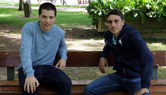 Peio Etxeberria y Iosu Esquíoz, ambos de Asegarce, posan en el parque del Palacete de Uranga de Burlada.